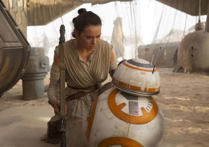 Rey y BB-8 se conocen