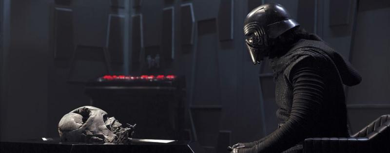 Kylo Ren contempla su más preciada reliquia Sith