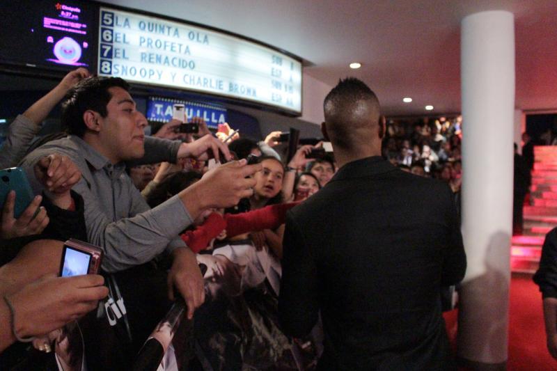 Se dio el tiempo para firmar autógrafos, ya que eran muchos fans que lo fueron a ver.