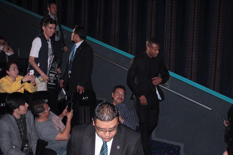 En el momento que Marlon Wayans ingresó a la sala, la gente le aplaudió y gritó.