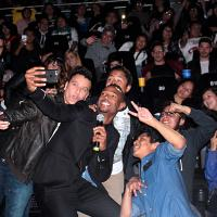 Algunos fans de las butacas de adelante no perdieron la oportunidad y se tomaron una selfie con el actor.
