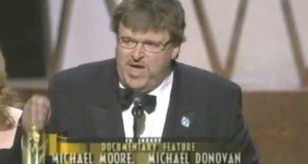 Michael Moore gana el Óscar por Masacre en Columbine