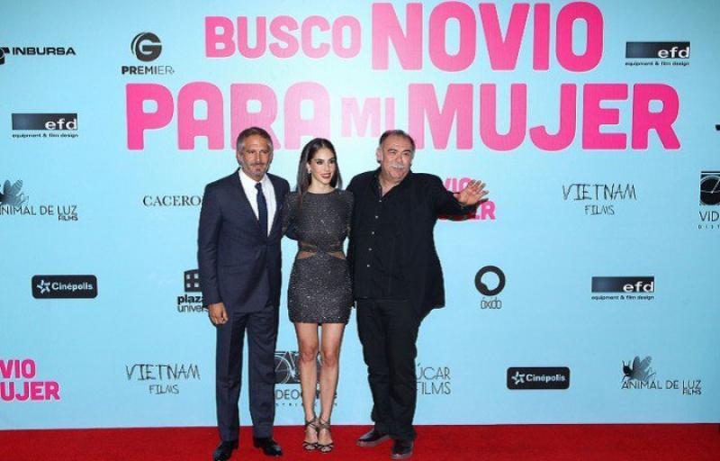 Arath de la Torre, Sandra Echeverría y Jesús Ochoa durante la alfombra roja de Busco Novio para mi Mujer