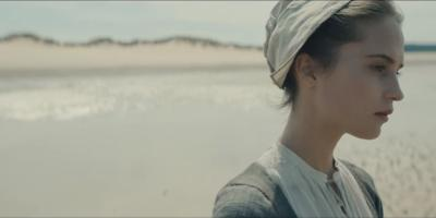Alicia Vikander como esposa de Christoph Waltz  en Tulip Fever