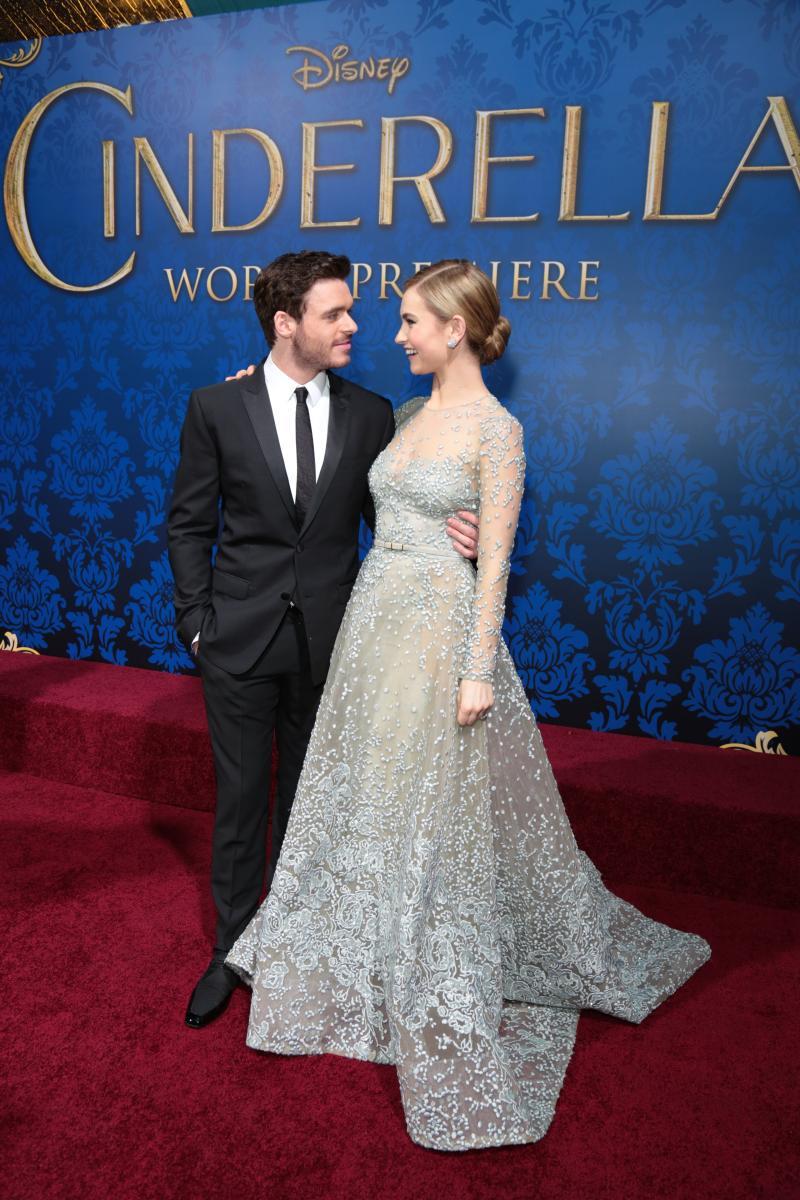 Llily James asistiò acompañada de su coprotagonista el actor Richard Madden.