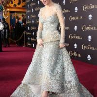 La actriz usó zapatillas de cristal, un diseño transparente con gemas incrustadas y una mariposa de la firma Christian Louboutin.